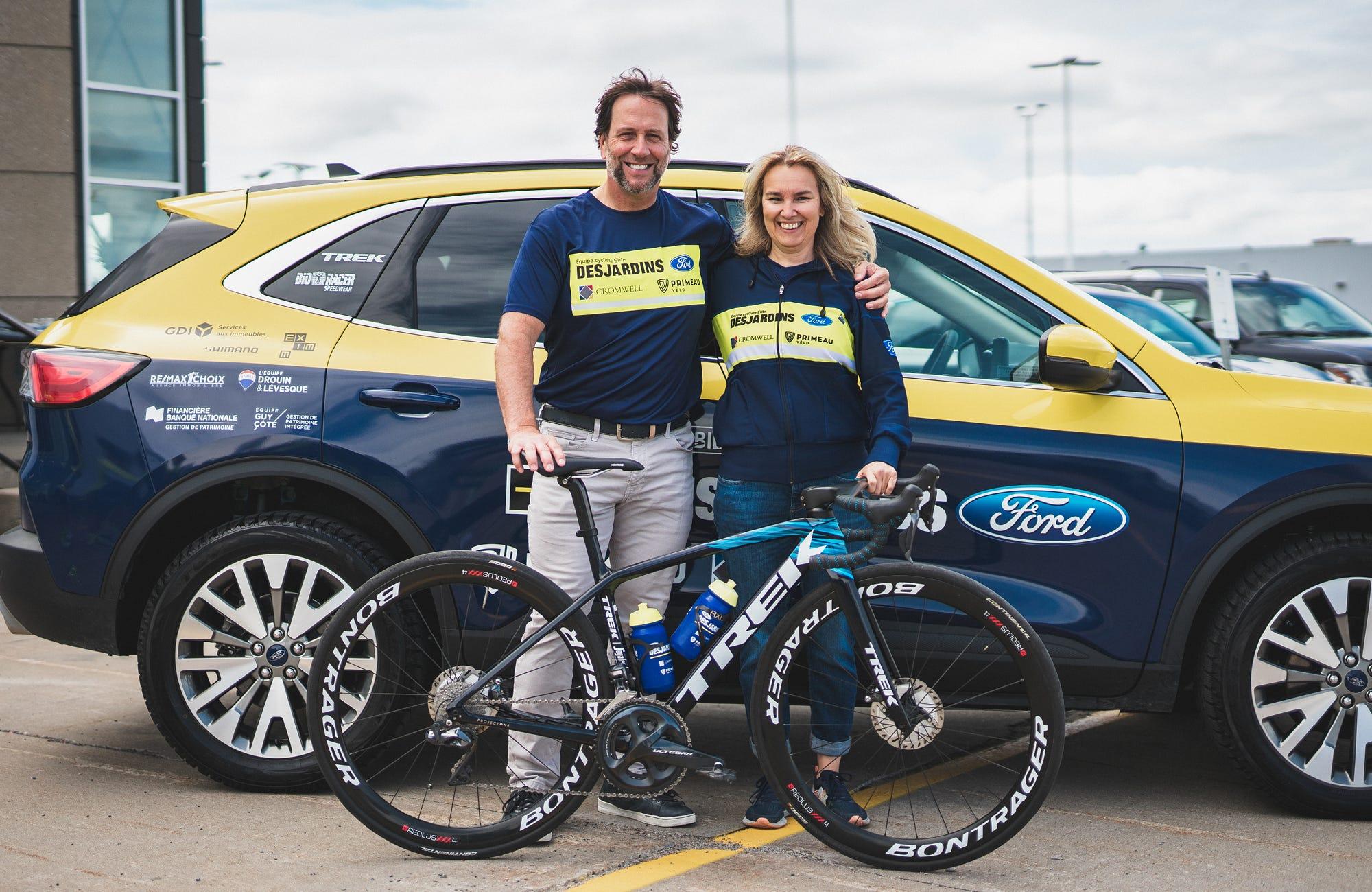 2021 - Éric Primeau et Christine Gillard, entraineure de l'équipe cycliste Desjardins-Ford. Primeau Vélo est un fier commanditaire de l'équipe