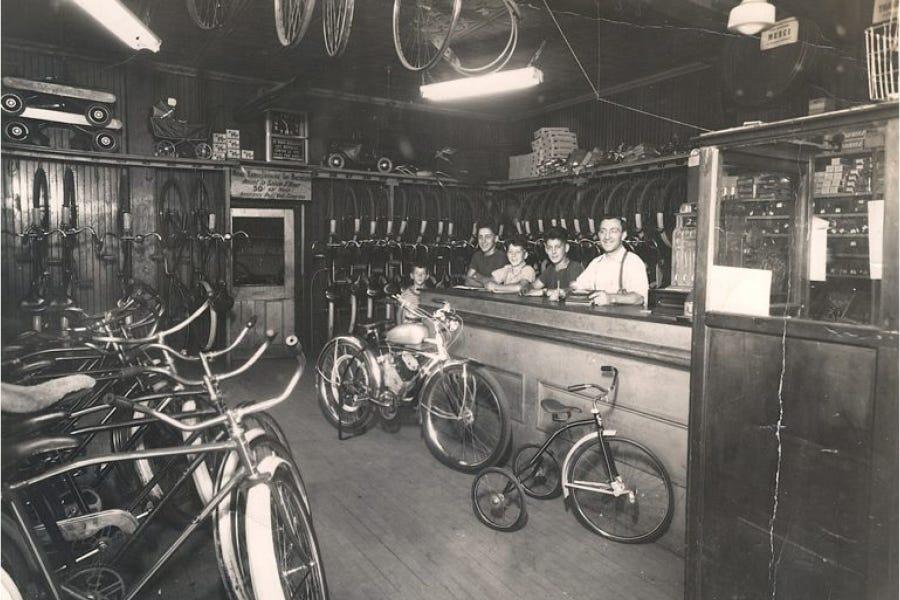 1947 - Primeau Bicycles sur la rue Rouen à Montréal (Intérieur) - Tout premier magasin Primeau Vélo au Canada